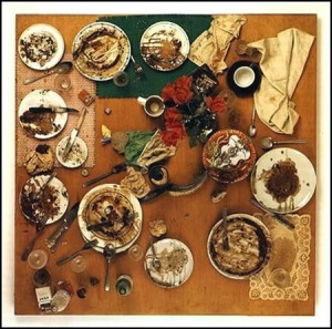 1965-spoerri-daniel-1930-tableau-piege-restaurant-de-la-city-galerie-zurich-vaisselle-repas-sur-table-82x82-cm