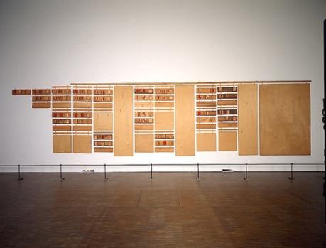 Robert Filliou, Principe d'Équivalence : bien fait, mal fait, pas fait, 1968 Installation. Bois, fer, laiton, laine et feutrine, 200 x 1000 cm © Marianne Filliou