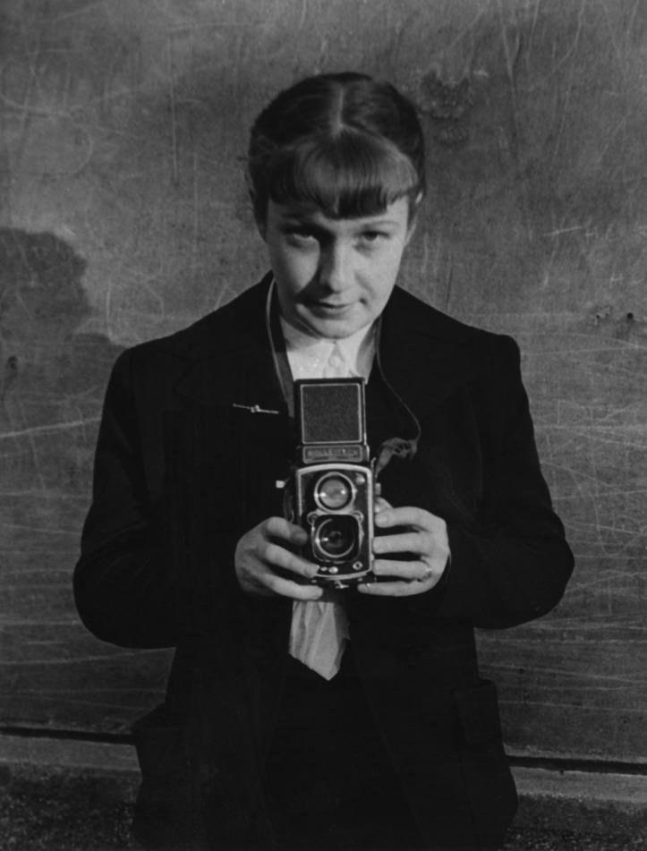 sabine-weiss-autoportrait-paru-dans-us-camera-de-novembre-1953