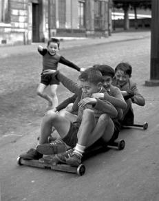 Enfants jouant, rue Edmond-Flamand, Paris, 1952