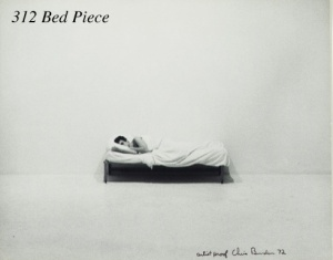 Chris Burden, Bed Piece, 18 février-10 mars 1972, Market Street, Venice, Californie