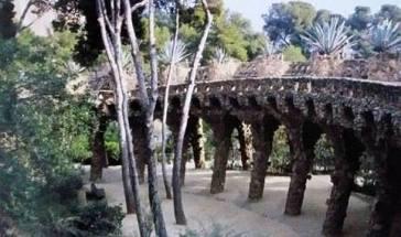 Antoni Gaudi, Parc Güell 1900-1914, allées du parc sur deux niveaux, photo Reto Guntli