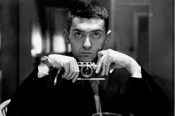 Autoportrait de Kubrick avec un Leica III, 1949