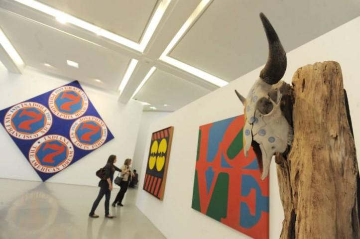 Visiteurs observant une exposition au museģe d'art moderne et d'art contemporain de Nice