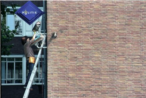 Jill Magid, System Azure Security Ornamentation, Performances au quartier général de la Police d'Amsterdam, caméra de surveillance couverte de faux diamant, 2002. Crédit : Jill Magid