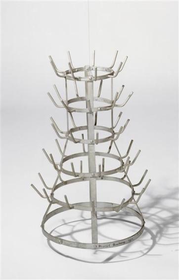 Marcel Duchamp, Porte-bouteilles, (Égouttoir; séchoir à bouteilles; hérisson), 1914 / 1964, Fer galvanisé, 64 x 42 cm, RMN Grand Palais