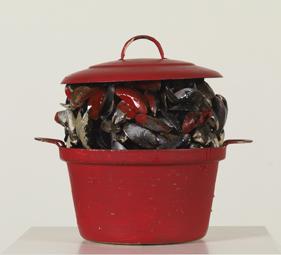 Marcel Broodthaers, Casserole rouge avec des moules, 1965