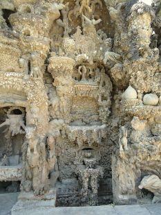 Palais Idéal du facteur Cheval, détail, la source de vie. Hauterives, Drôme. Source wikipédia, domaine public