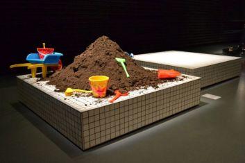 """Jean-Pierre Gianni Colosimo, """"Le vase volé de Jean-Pierre"""", 2011. Deux bases carrées en céramique blanche, terre, jouets de plage 150 x 150"""