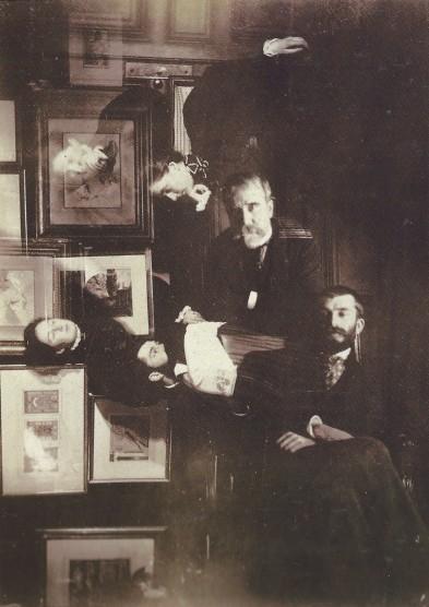 Edgar Degas, photographie double : Mathilde et Jeanne Niaudet, Daniel Halévy et Henriette Taschereau, Ludovic et Elie Halévy, 1895. Epreuve gélatino-argentique, 11,6 x 8,3 cm.