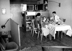 Le Corbusier et Charlotte Perriand, Unité d'habitation, Marseille. Meuble passe-plat, table et fauteuil en fond