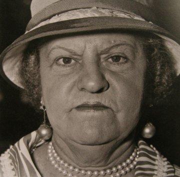 Diane Arbus, New-yorkaise au chapeau et perles, New York, 1967
