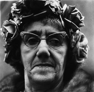 Diane Arbus, Femme au chapeau de roses et aux lunettes papillon, New-York, 1967