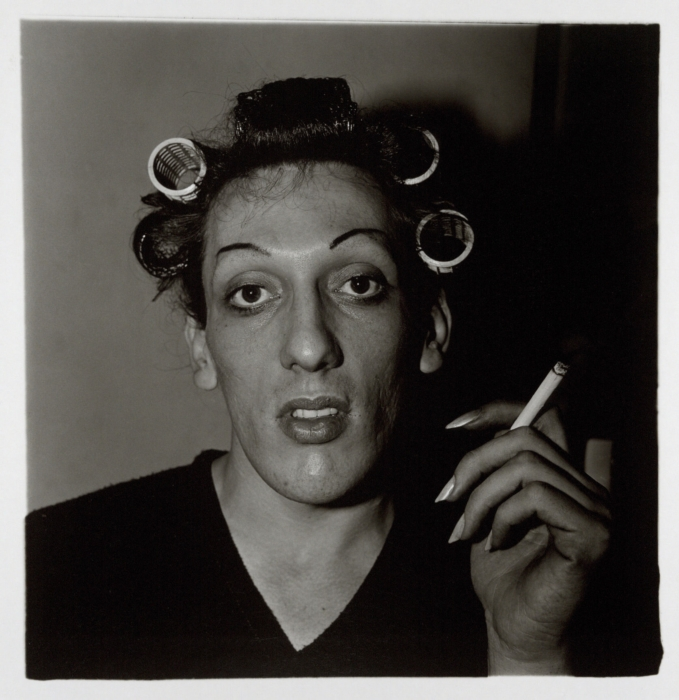 Diane Arbus, Jeune homme en bigoudis chez lui, New York, 196