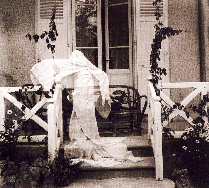 Jacques Henri Lartigue, Mon frère Zissou en fantome, Villa les Marronniers, Chatel Guyon, 1905