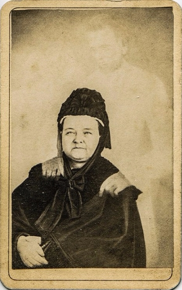 William H. Mumler, Mary Todd Lincoln en compagnie de l'esprit de son époux, le président Abraham Lincoln, épreuve sur papier albuminé, 10 x 6 cm environ, entre 1870 et 1875. Londres, The College of Psychic Studies.