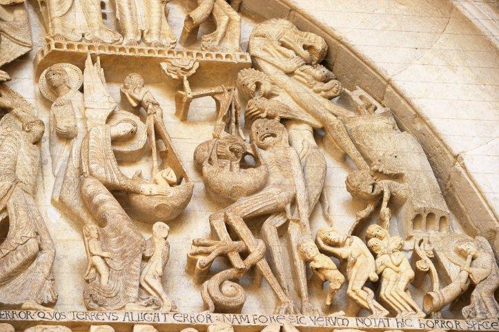 Tympan du Jugement dernier, portail de la cathédrale Saint-Lazare d'Autun, détail, la pesée des âmes et les enfers.