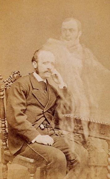 """Jean Buguet, """"M. gueret d'un portrait reconnaît son frère noyé"""", épreuve sur papier albuminé, 6,3 x 10,5 cm environ, entre 1873 et 1875. Paris, collection Sirot/Angel"""