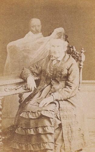 Jean Buguet, Amélie Boudet, femme d'Allan Kardec, avec l'esprit de ce dernier. Epreuve sur papier albuminé, 6,3 x 10,5 cm, entre 1873 et 1875. Paris, collectionn Sirot/Angel