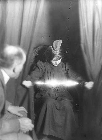 Ectoplasme lumineux entre les mains de la médium Eva Carrière, 1912, Photographie d'Albert von Schrenck-Notzing
