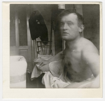 Edvard Munch, Autoportrait « à la Marat », clinique du Dr. Jacobson, Copenhague, 1908-1909. Épreuve gélatino-argentique, 8,1 x 8,5 cm Munch-museet, Oslo, Norvège