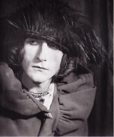 Man Ray, Marcel Duchamp en Rrose Sélavy, (Rrose Sélavy), 1921, Négatif au gélatino bromure d'argent sur verre, 12 x 9 cm. Crédit photographique : © Man Ray Trust / Adagp, Paris