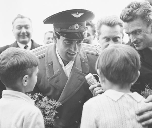 Joan Fontcuberta, série Sputnik : des enfants acclamant l'astronaute Istchnikov dans un orphelinat à Minsk, 1997