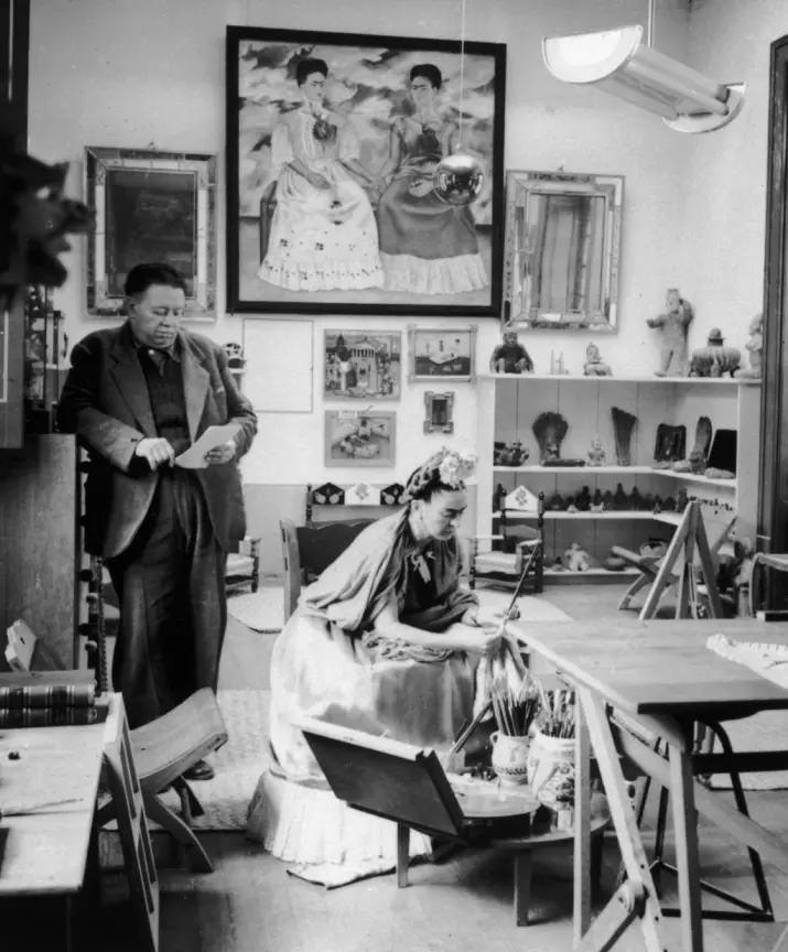 Frida Khalo et Diego Riviera travaillant ensemble dans leur studio, photographie de 1945