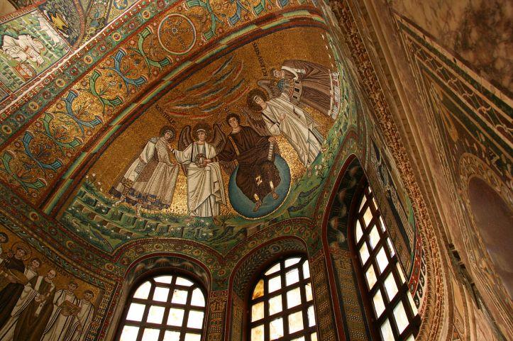 Christ en majesté bénissant, mosaïque de l'abside, basilique San Vitale, Ravenne, VIe siècle. Crédit : Wikipédia